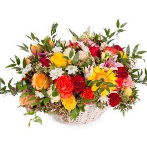 Composizione di fiori in cestino