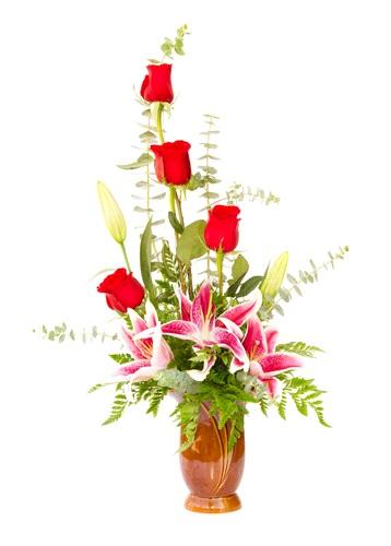 Composizione in vaso, composta da rose rosse e gigli rosa
