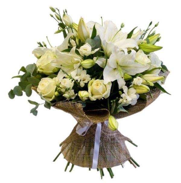 Bouquet di candidi gigli e rose bianche
