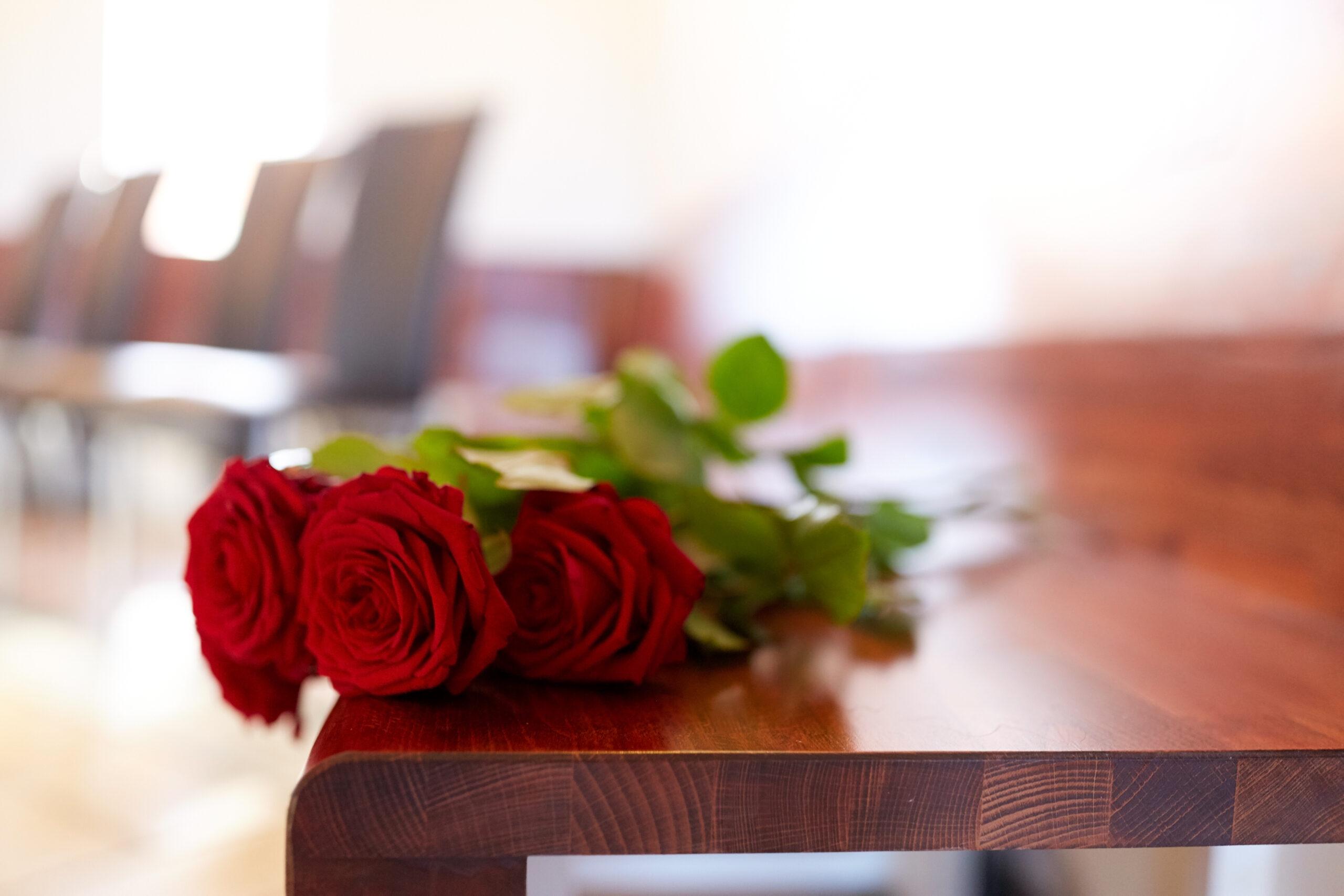 Galateo funebre: i fiori per lutto da inviare con un telegramma