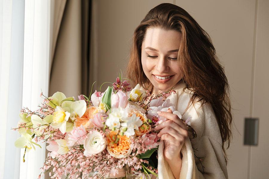 Recapitare dei fiori per fare gli auguri, ecco i consigli della tua fioreria online di fiducia
